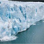 崩れる北極の氷山